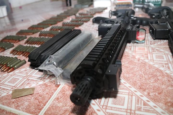 Incautan fusiles y una subametralladora en una residencia en Colón