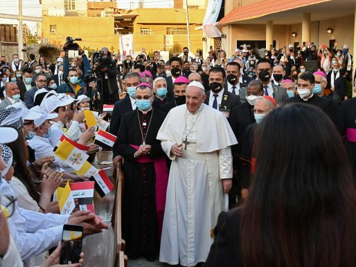 """El papa y el ayatolá Sistani abogan por la """"paz"""" en histórico encuentro en Irak"""