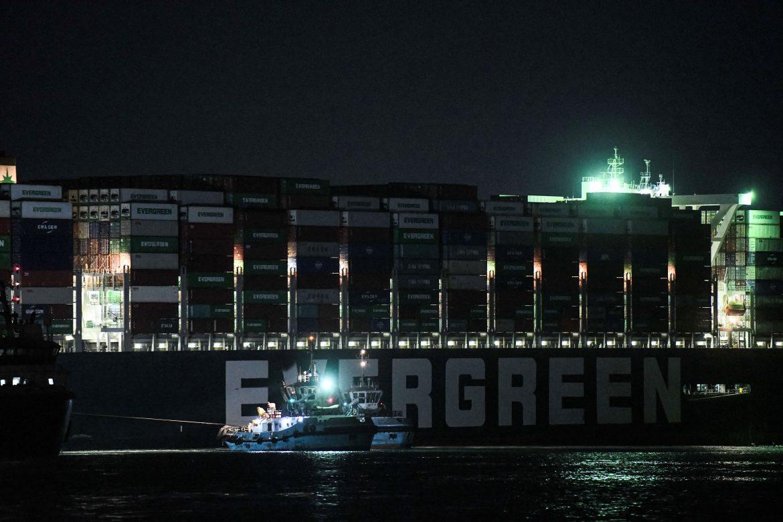 """Un """"error humano"""" pudo causar encallamiento de buque en canal de Suez"""