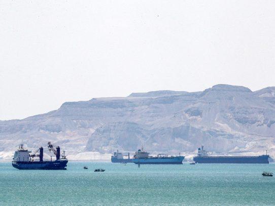 Sigue carrera contrarreloj para reflotar buque encallado en Canal de Suez