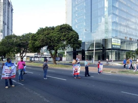 Taxistas a las calles, piden se continúe con la medida de circulación de par y non