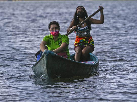 """Maestra deja mundo """"virtual"""" y lleva clases en canoa a niños indígenas de Panamá"""
