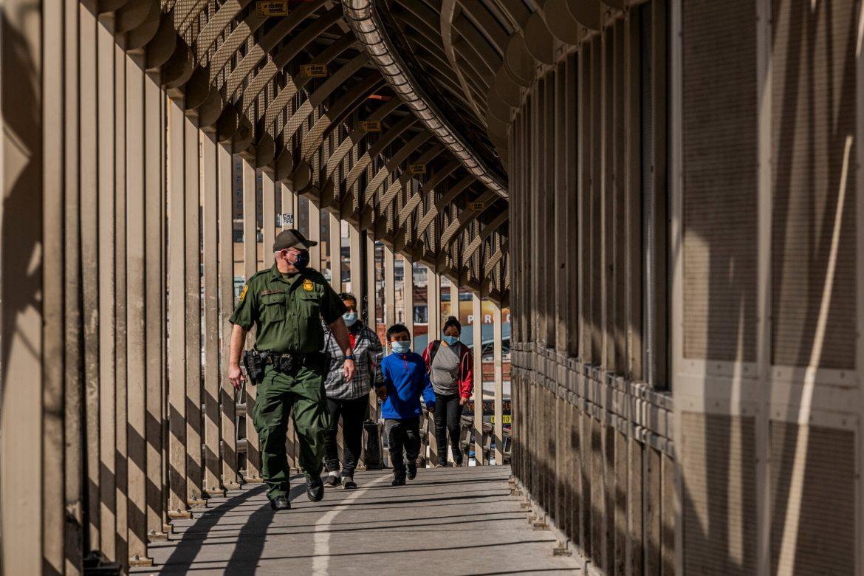 """Cientos de migrantes deportados de EE.UU están """"varados"""" en peligrosa ciudad mexicana"""