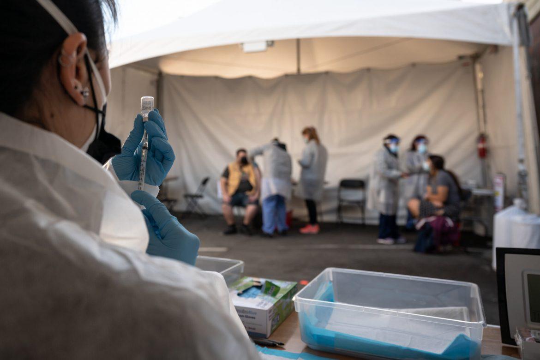 ¿Estás harto de las mascarillas y ya te vacunaste? Aún debes usarlas para proteger a los demás