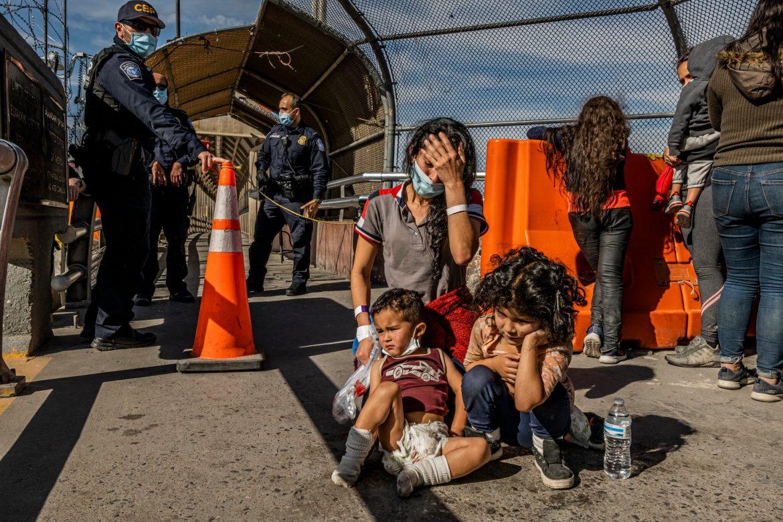 Imágenes de confusión y angustia: Familias migrantes deportadas por sorpresa