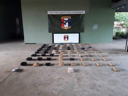 Incautan 83 paquetes con droga ocultos en una lancha en Darién