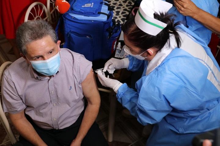 """""""Quisimos venir personalmente a colocarle la vacuna al señor Caballero"""": Eusebia de Copete"""