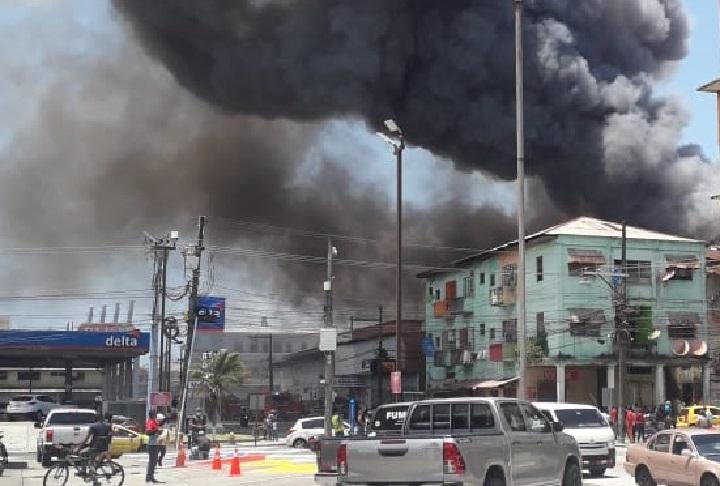 Caserón se incendia en calle 12 en Colón