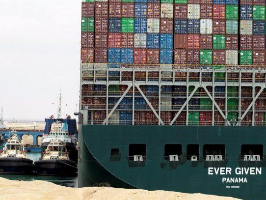 El 'Ever Given' de bandera panameña vuelve a navegar