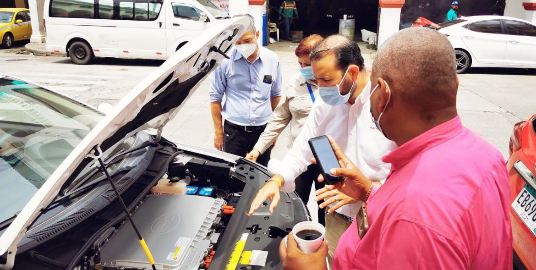 Presentan beneficios de la movilidad eléctrica a transportistas de Colón