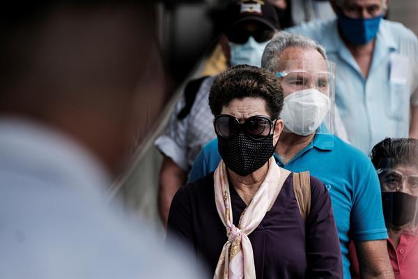 Costa Rica, al borde del colapso sanitario, aplica restricciones nocturnas
