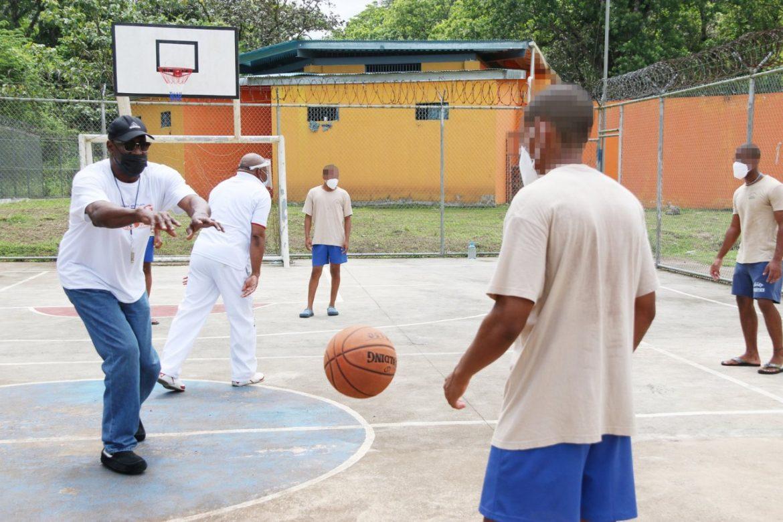 El ex seleccionado de baloncesto de  Panamá Mario Butler, dictó clínica deportiva a jóvenes.