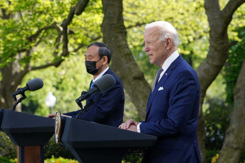 """Biden y el primer ministro japonés prometen enfrentar """"juntos"""" los """"desafíos"""" chinos"""