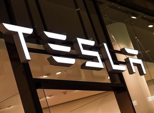 """Accidente de un auto Tesla """"sin nadie al volante"""" deja dos muertos en EE.UU."""