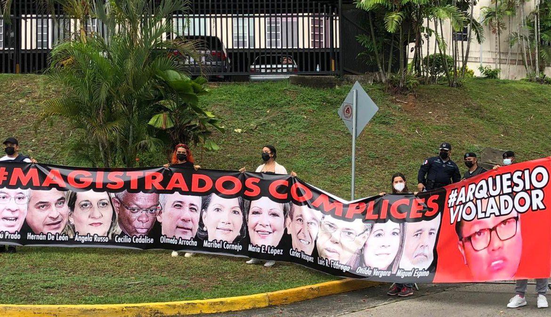 """Protestas ante la CSJ por fallo que declaró """"no culpable"""" al diputado Arias"""