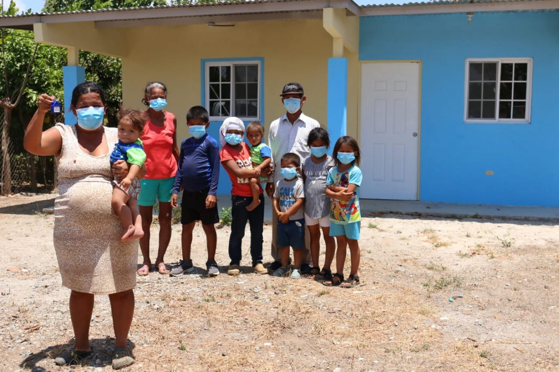 Dos familias coclesanas recibieron hoy de manos del gobierno una nueva casa