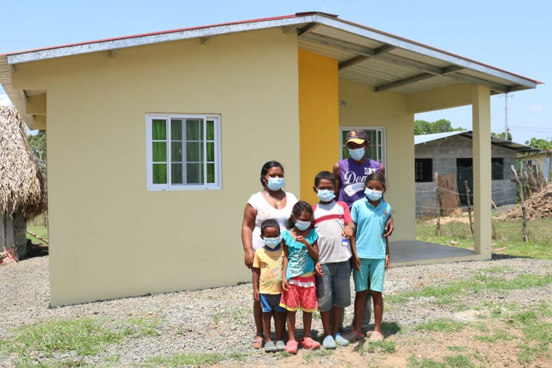 Cinco humildes familias santeñas hoy tienen un nuevo hogar