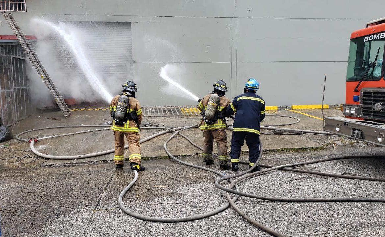 Incendio en depósito de mueblería en la Vía Brasil