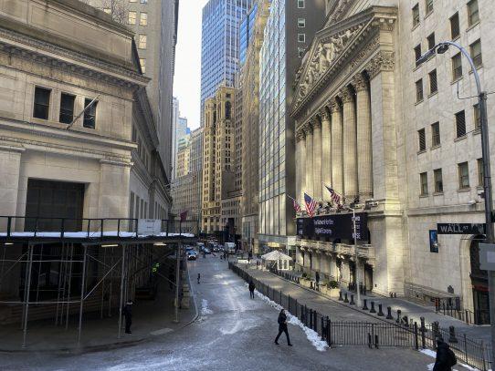 Antes de cifras de inflación y resultados de empresas, Wall Street cede terreno