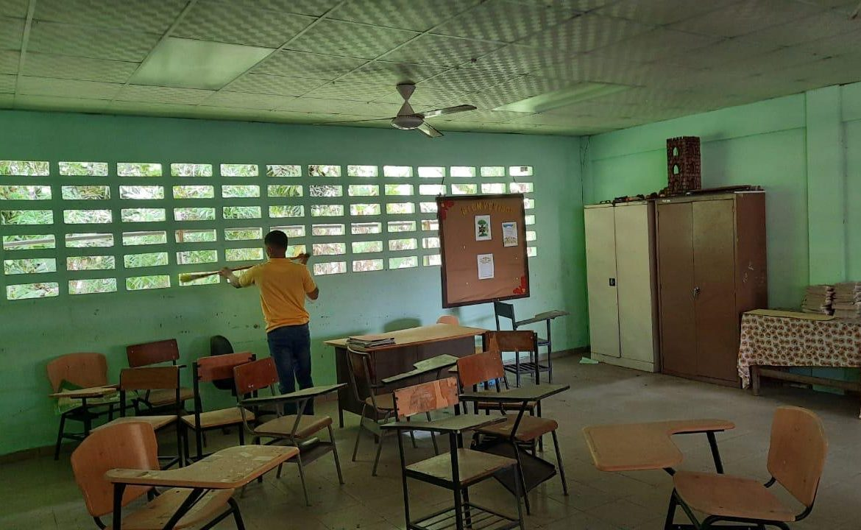 Privados de libertad apoyan en arreglos de escuelas