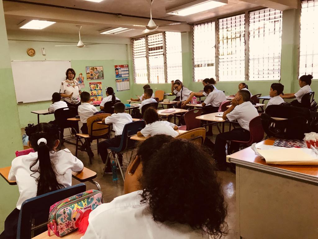 """Gremios docentes consideran """"improvisación"""" llamado a clases semi presenciales"""