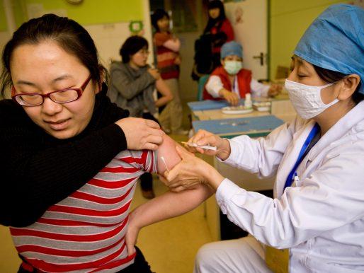 China estudia mezclar varias vacunas para aumentar la eficacia ante el virus