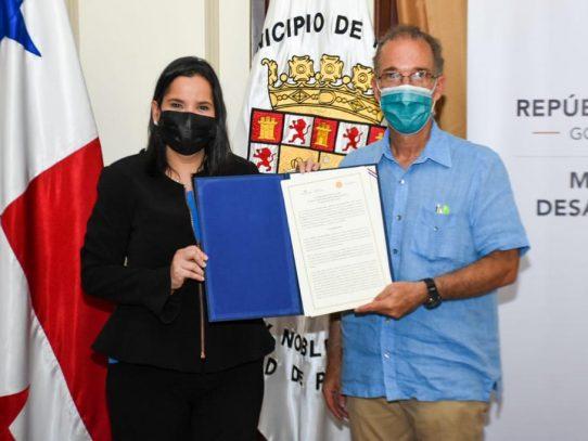 Autoridades firman convenio para remodelación de la Casa Hogar Los Años Dorados