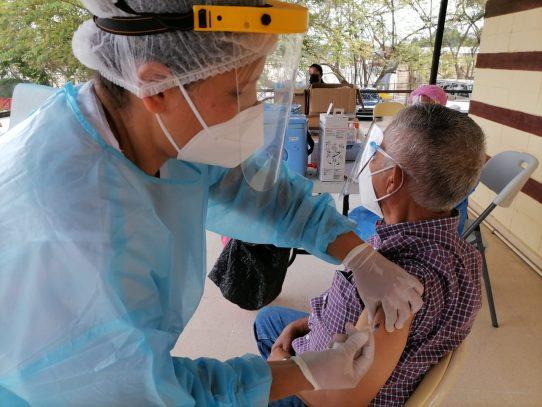 """OPS pide vacunas para las Américas, aún """"bajo las garras"""" del covid"""
