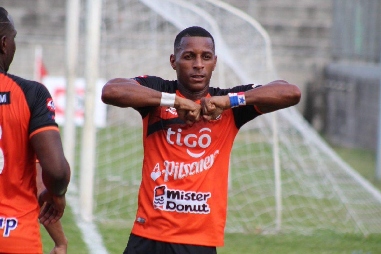 Panameño Nicolás Muñoz rompe récord de goleo en El Salvador