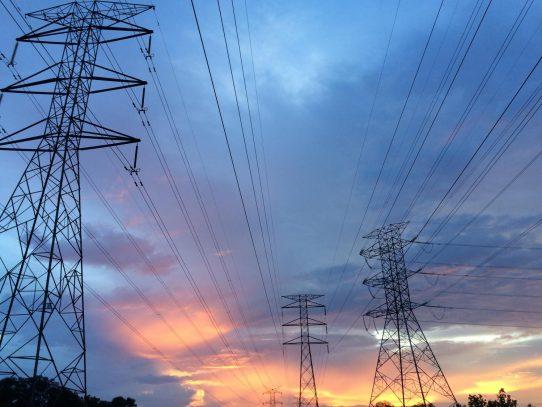 Tres empresas eléctricas recibirán pago tras refrendo de la Contraloría