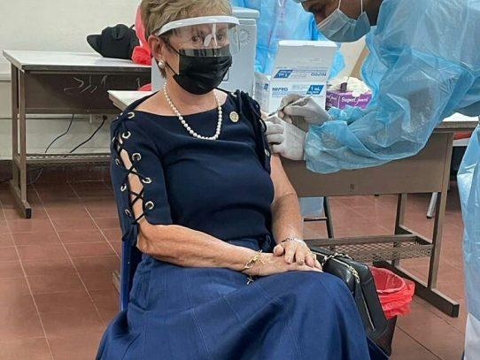 Expresidenta Mireya Moscoso recibe segunda dosis de la vacuna contra el Covid-19
