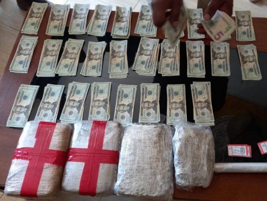 Allanamiento, mujer es detenida con dinero y presunta droga