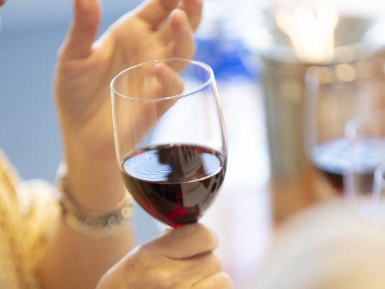 ¿Se puede tomar alcohol después de la vacuna para la covid?