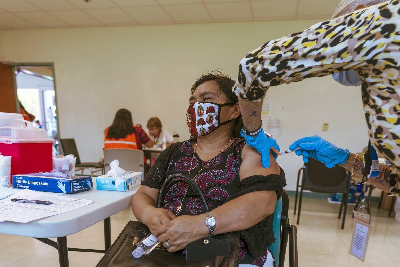 Según un nuevo estudio, muchos latinos que no están vacunados sí quisieran vacunarse
