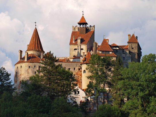 Castillo de Drácula ofrece vacunas contra el covid-19