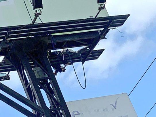 Trabajador recibe descarga eléctrica mientras instalaba una valla publicitaria