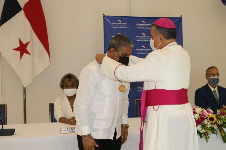 Médicos fueron condecorados con la Medalla Santa María La Antigua