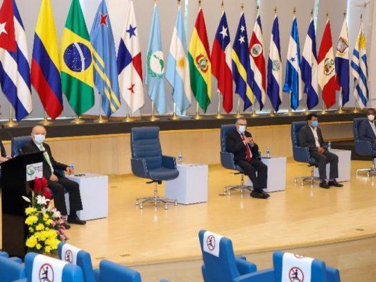 Con izada de bandera, el Parlatino resalta relaciones con el Parlamento Europeo