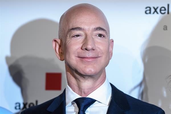 Jeff Bezos dice que se unirá al primer viaje de turismo espacial de Blue Origin el 20 de julio