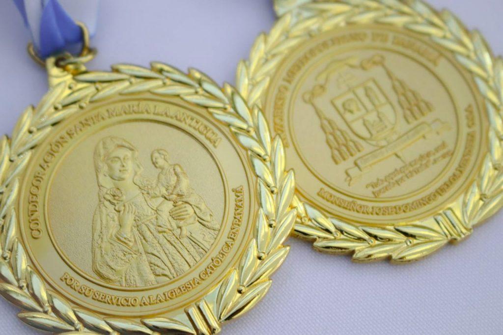 Monseñor Ulloa entrega medalla a médicos