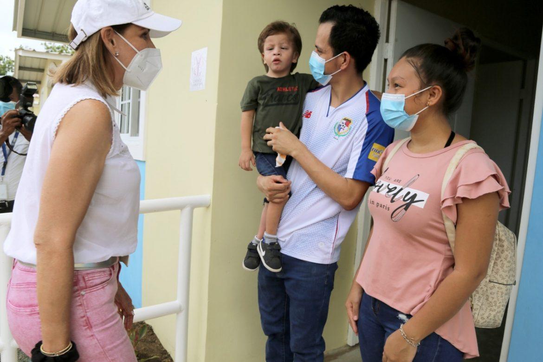 Niños con discapacidad y sus familias recibieron viviendas