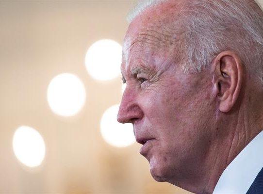 """Biden advierte a Rusia mientras EE.UU. se asoma a un Día de los Caídos """"normal"""""""