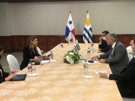 Canciller panameña asistió a investidura de presidente ecuatoriano y logró acercamiento con misiones diplomáticas