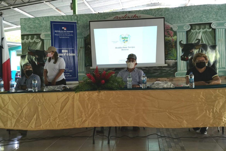 Ministro Valderrama entrega búfalos a productores de Coclesito durante gira en Colón