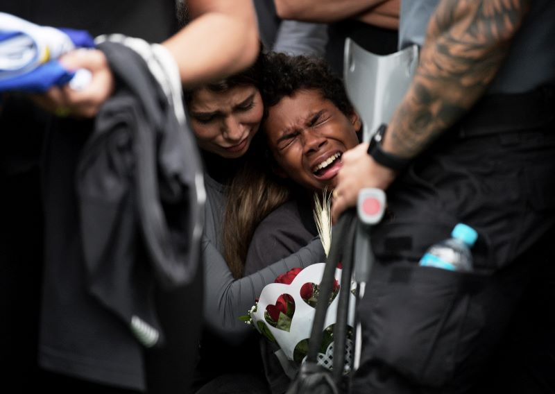 Dolor y lágrimas en entierro de abatidos en sangriento operativo policial en Rio