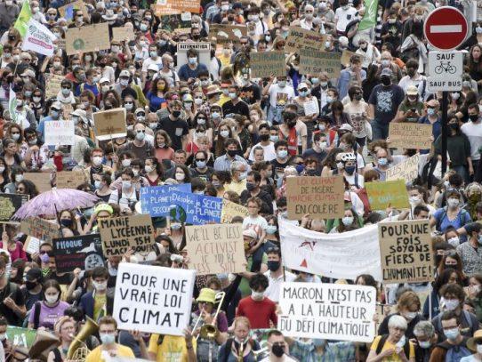 Decenas de miles de personas se manifiestan en Francia para exigir más acción en lucha climática