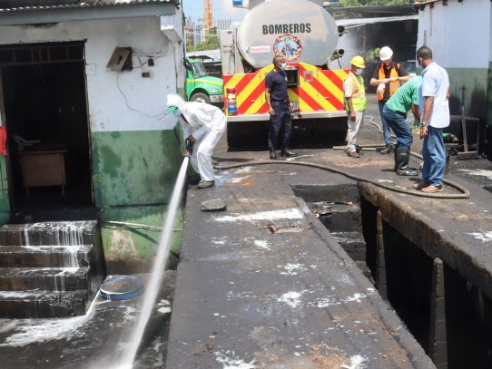 Con apoyo de los bomberos, AAUD limpia sede en Carrasquilla
