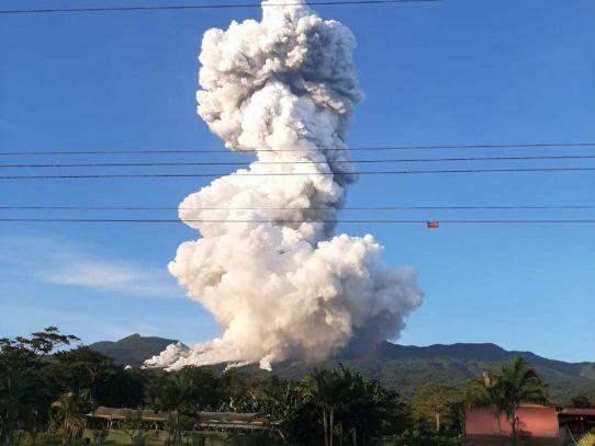 Erupción de volcán en Costa Rica genera columna de humo de 2 km de altura