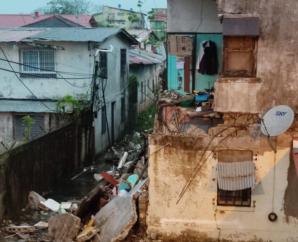 Desplome de caserón deja ocho familias afectadas en Colón