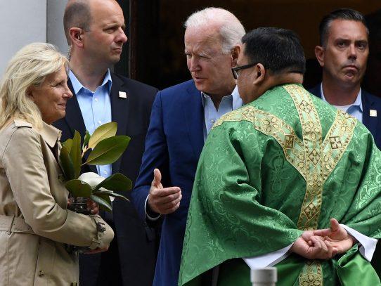 Biden visita una iglesia un día después de que los obispos le desafiaran
